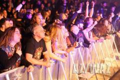 """""""Break Your Neck"""" im Hallenbad: 500 Fans feierten die Wolfsburger Band Revolt, die Kult-Band Destruction sowie fünf weitere Bands ab."""